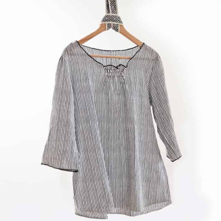 Blusenshirt mit Smokdetail und rollierten Kanten - eine sommerlich luftige Variante